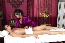 Сексапильные девушки раскрепостились на массажном столе