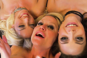 Три сногсшибательные распутницы поебались на кроватке