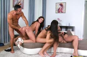 Страстный групповой секс с изумительными брюнетками