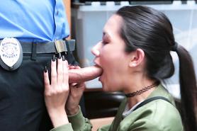 Полицейский трахает нарушительницу закона на камеру