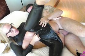 Домашний трах немецкой проститутки в кожаном наряде