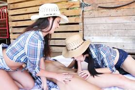 Две сексуальные девушки с ранчо отсасывают член ковбоя до семяизвержения
