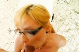 Блондинка в очках очень старается во время минета парню от первого лица