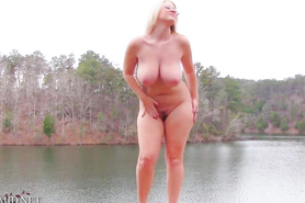 Пышногрудая блондинка облюбовала свое тело на романтичной речке