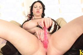 Полненькая дамочка мастурбирует письку вагинальными шариками