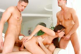 Трое парней жарит сексуальную телочку во все дырки большими членами