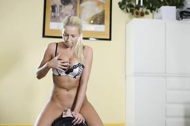 Длинноногая блондиночка трахает себя в бритую киску секс машиной