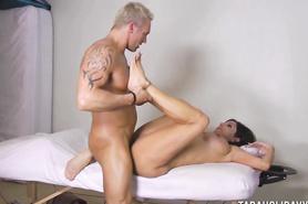 Бесцеремонная массажистка занялась сексом с накачанным мужиком