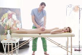 Старательный массажист довел девку до оргазма мастурбацией письки