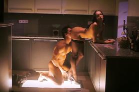 Озабоченный хахаль горячо оттрахал сексапильную подругу на кухне