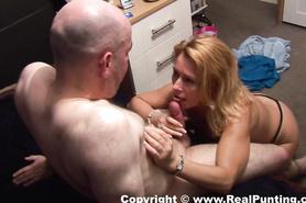 Завораживающая жена балует лысого муженька качественным минетом