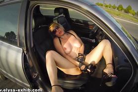 Вульгарная красавица стимулирует влагалище большим дилдо в машине