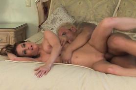 Пошлый любовник насаживает на большой член сексуальную милашку