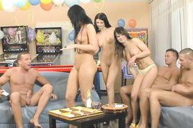 Отвязные студентки пробуют лизать письки и сосать члены на пьяной вечеринке