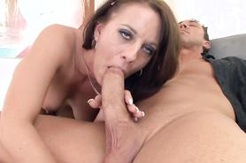 Старательная телочка с жадностью заглатывает большой пенис любовника