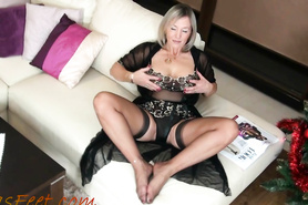 Зрелая домохозяйка в эротическом белье хвастает своими прелестями