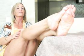 Шикарная баба в возрасте страстно натирает маслом стройные ножки