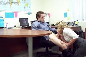 Очкастая секретарша искусно отсасывает уставшему начальнику в офисе