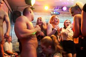 Пьяненькие студентки на вечеринке соглашаются трахаться со стриптизерами