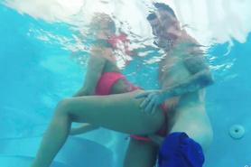 Соблазнительная потаскушка дает себя оттрахать в бассейне