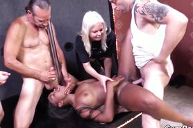 Вульгарная блонда помогла толпе парней отыметь симпатичную негритянку