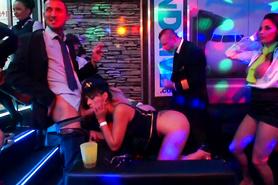 Развратные телочки страстно трахаются с мужиками на вечеринке