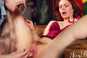 Блондинистая лесбиянка доводит до оргазма рыжеволосую любовницу
