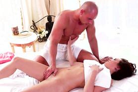 Бритоголовый массажист дает сексуальной клиентки подержаться за член