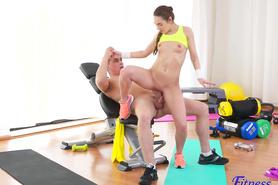 Сексуальная фитоняшка оседлала большой пенис пошлого тренера