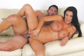Похотливый парень жарит сексапильную бабу с огромными дойками в вагину