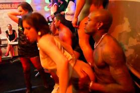 Похабные телочки жарко трахаются со стриптизерами на вечеринке