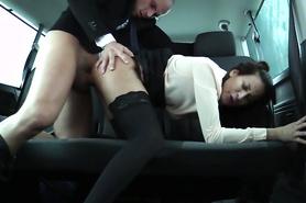 Озабоченный перец жестко трахнул застенчивую студентку в машине