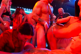 Ненасытные красотки устроили оргию со стриптизерами на вечеринке