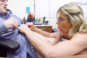 Очкастая секретарша в возрасте ублажает молодого босса минетом