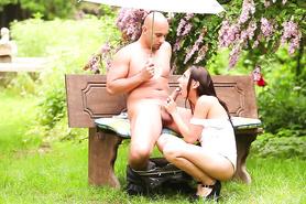 Сексапильная девушка отсасывает развратному мужичку в парке