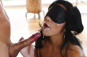 Сексапильная тела предпочитает секс в маске для сна и получает сперму